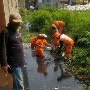 Antisipasi Banjir, PPSU Semanan Bersihkan Saluran Air
